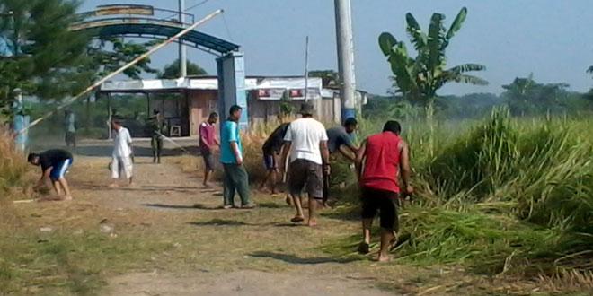 TNI dan Warga Perum Taman Indo Siasem Kerja Bakti 'Resik-resik Jalan'