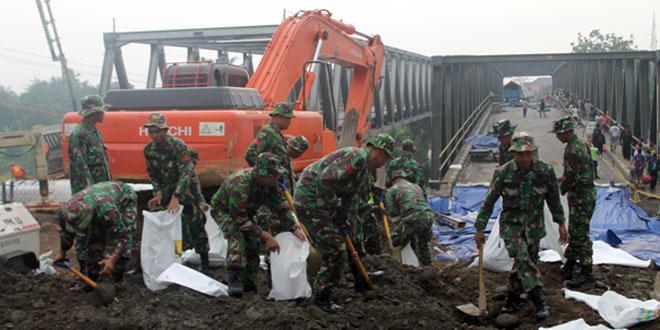 Partisipasi Yonif 407/PK Dalam Perbaikan Jembatan Comal