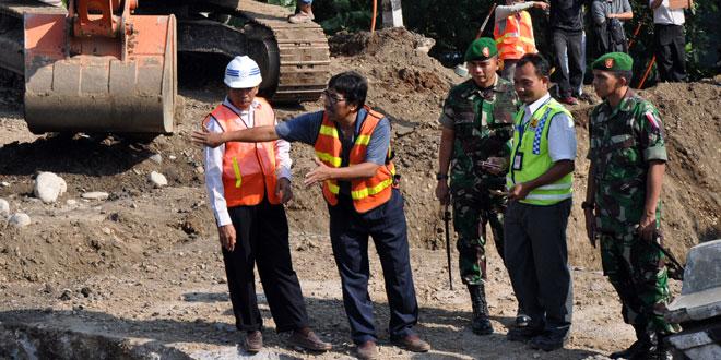 TNI Bantu Perbaiki Jembatan Comal Pemalang