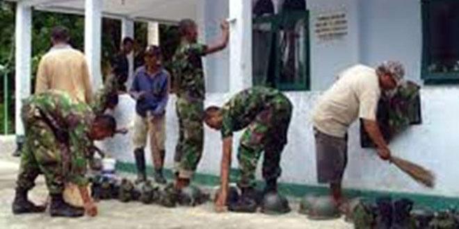Anggota Koramil 08/Bumiayu Bersama Warga Bersihkan Masjid