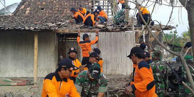 Koramil 13/Karangawen Perbaiki Rumah dan Bersihkan Puing-puing Kebakaran