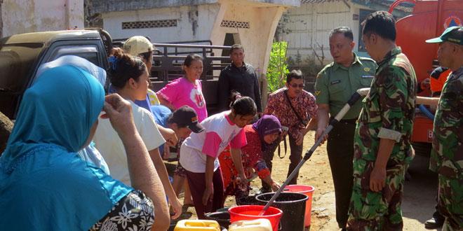 Kodim Temanggung Distribusikan Air Bersih