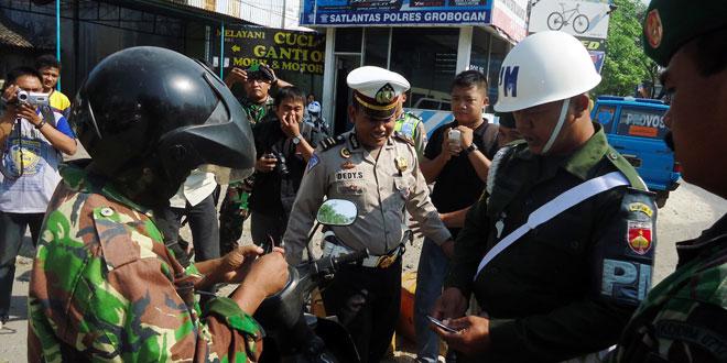 Petugas Gabungan Razia Atribut Militer
