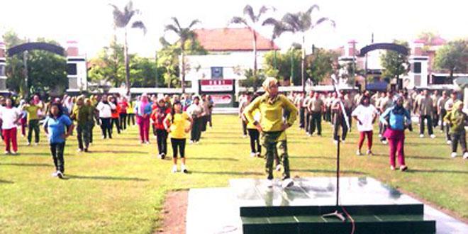 Anggota Kodim 0725/Sragen dan Persit Melaksanakan Senam Bersama