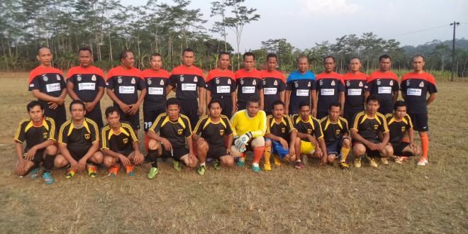 Anggota Kodim 0736/Batang Sepak Bola Bersama Masyarakat