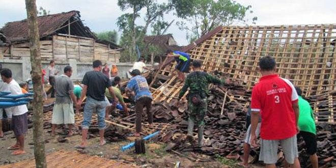 Rumah Roboh Akibat Terjangan Angin Puting Beliung di Gemolong