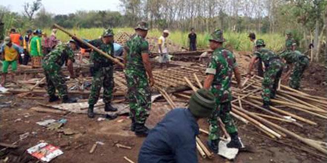 Gotong Royong Membersihkan Puing–Puing Bekas Rumah Roboh