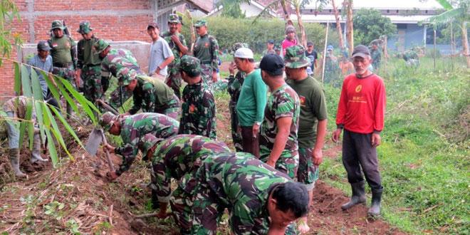 TNI dan Rakyat Buat Jalan Usaha Tani