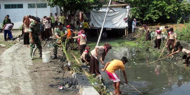 Koramil 02/Bonang Karya Bhakti Bersihkan Sungai