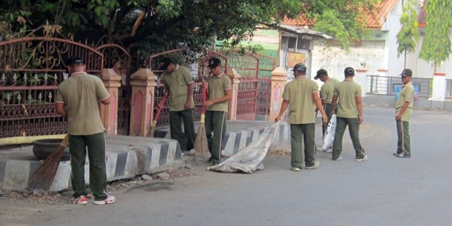 TNI-Polri dan Masyarakat Gotong royong Bersihkan Lingkungan
