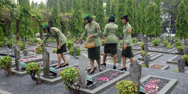 "Memperingati HUT ke 53, Korps Wanita Angkatan Darat Ziarah ke TMP ""Giri Tunggal"""