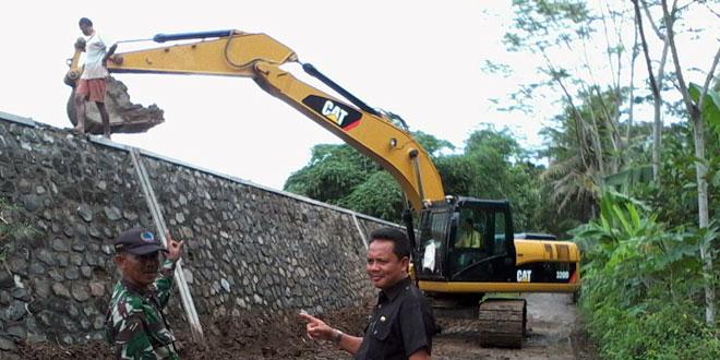 Karya Bakti TNI Perbaiki Tanggul Rusak Akibat Banjir di Wilayah Kab. Kebumen