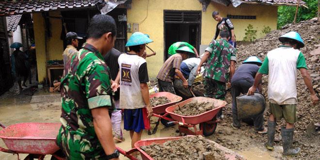 Bakti TNI Koramil 05/Karanggayam Penanganan Bencana Longsor