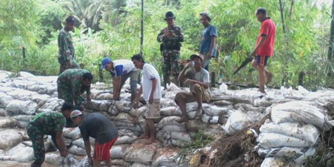 Koramil 01/Kebumen Bersama Masyarakat Perbaiki Tanggul Jebol