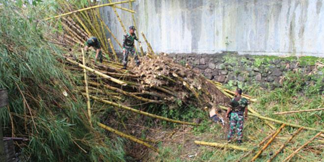 Koramil Gondokusuman Adakan Karya Bakti Tebang Pohon yang Menimpa Rumah Warga Pengok