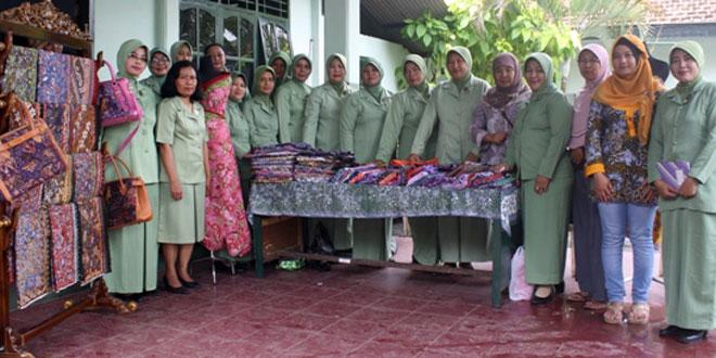 Anggota Persit KCK Cabang XLI Kodim Rembang Kunjungi Sanggar Batik