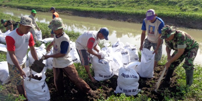 Babinsa dan Masyarakat Perbaiki Tanggul Sungai Kemujan yang Jebol Akibat Diterjang Arus Sungai