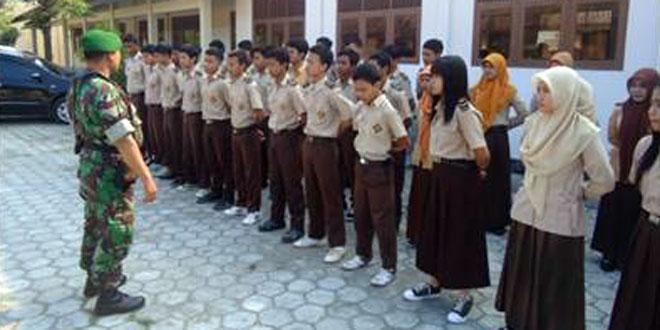 Babinsa Koramil-07/Ngrampal Latih PBB Siswa SMK 1 Kosgoro