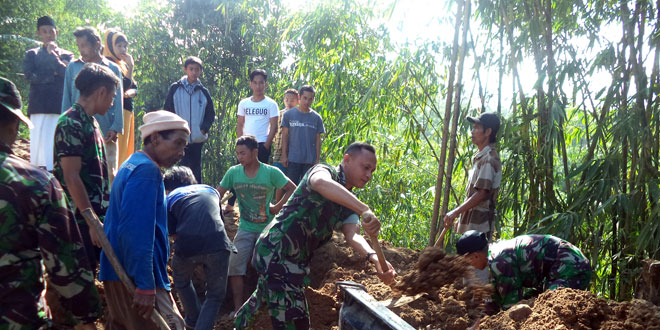 Koramil 19/Bumijawa Bersama Masyarakat Buka Jalan Yang Tertutup Longsor