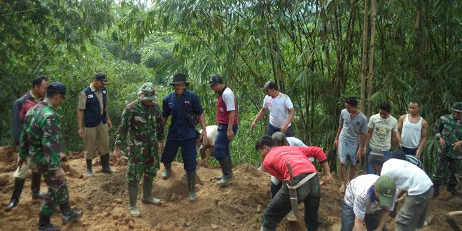 Koramil 19/Bumijawa Bersama Warga Kerja Bhakti Bersihkan Longsoran Tanah