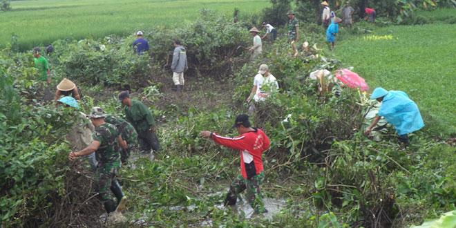 Babinsa Ajak Warga Bersihkan Sampah Sungai