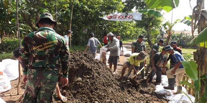 Koramil 17/Kebasen Karya Bhakti Untuk Mencegah Tanah Longsor