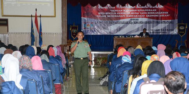 Komandan Korem 074/Warastratama Memberikan Materi Wawasan Kebangsaan Kepada Mahasiswa AUB Surakarta