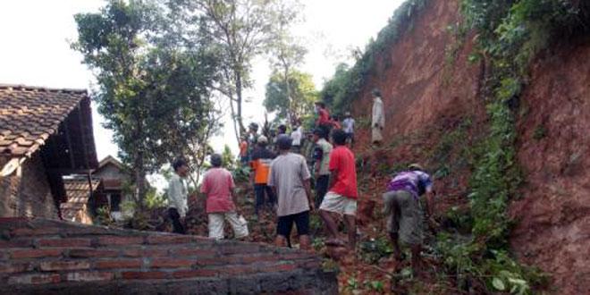 Koramil 20 Salaman Kodim 0705/Magelang Singkirkan Tanah yang Menimpa Rumah