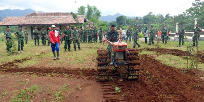 Babinsa Latihan Mengarap Tanah Pertanian