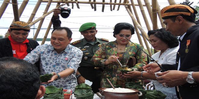 Ketua Persit Kartika Chandra Kirana Cabang L Kodim 0735/Surakarta Membagikan Jenang pada Festival Jenang Tahun 2015