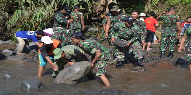 Tentara Bantu Atasi Kesulitan Masyarakat
