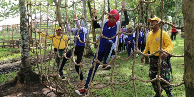 Outbond Mahasiwa Magistra Utama Purwokerto di Makorem 071/WK