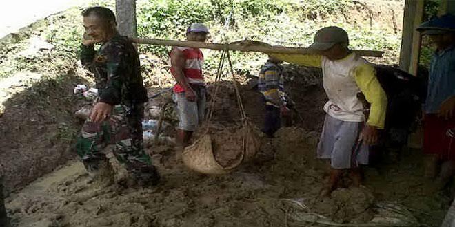 Koramil 12/Bantarkawung dan Warga Kerja Bakti Membersihkan Tanah Longsoran