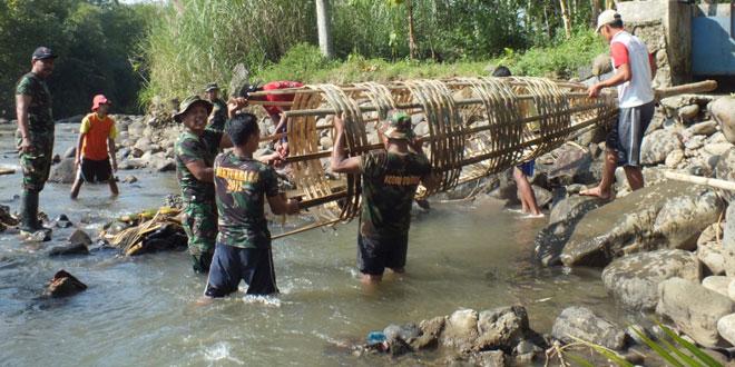 TNI dan Petani Bangun Tanggul Irigasi