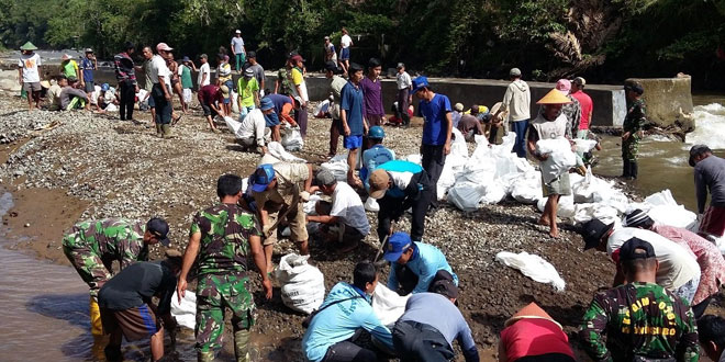 Tentara Bersama Masyarakat Buat Tanggul Sungai