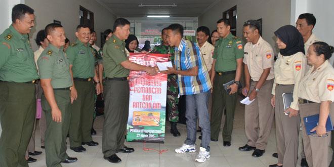 Kapendam IV/Diponegoro Menyerahkan Hadiah kepada Masruhin
