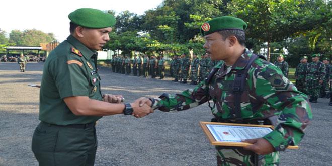 Kodim 0711/Pemalang Melaksanakan Upacara Bendera dan Penyerahan Piagam Penghargaan kepada Serda Surahman