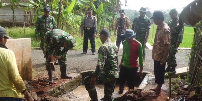 TNI dengan Warga Melaksanakan Pembersihan Saluran Irigasi