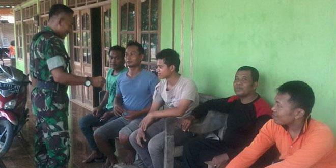 Babinsa Koramil-19/Tanon Komsos dengan Tokoh Pemuda