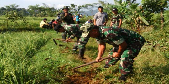 Pembersihan Jalan Lingkar Kampung Desa Tersono
