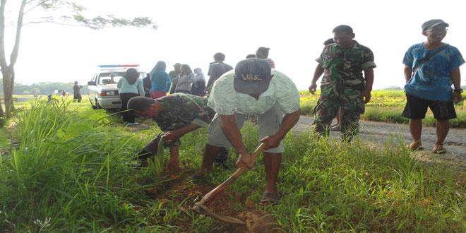 TNI dan Warga Tanam Pohon Kelapa