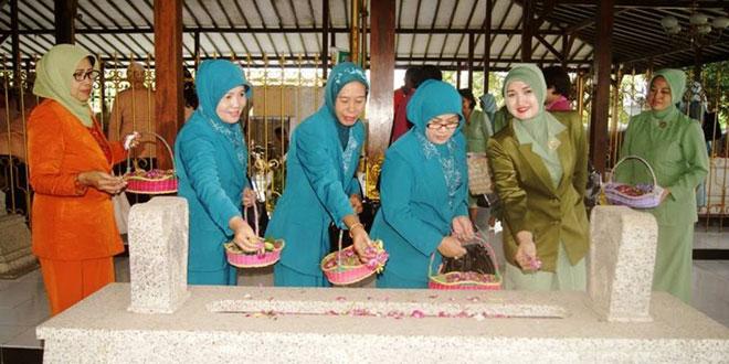 Persit KCK Cabang XLII Kodim 0721/Blora Ziarah dan Tabur Bunga  di Makam RA Kartini