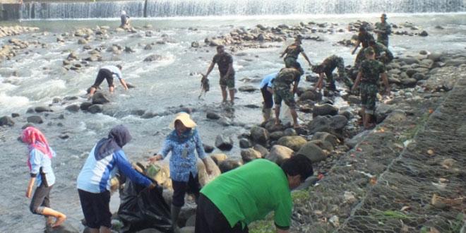 Dukung Penilaian Adipura Kodim 0701/Banyumas Bersihkan Dua Sungai