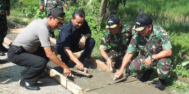 TNI dan Masyarakat Mengecor Jalan Jetis