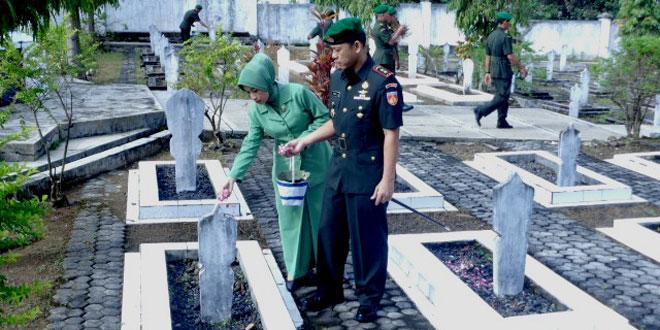 "Upacara Ziarah di TMP ""Kusuma Bangsa"" Dalam Rangka HUT Ke 49 Korem 074/Warastratama Tahun 2015"