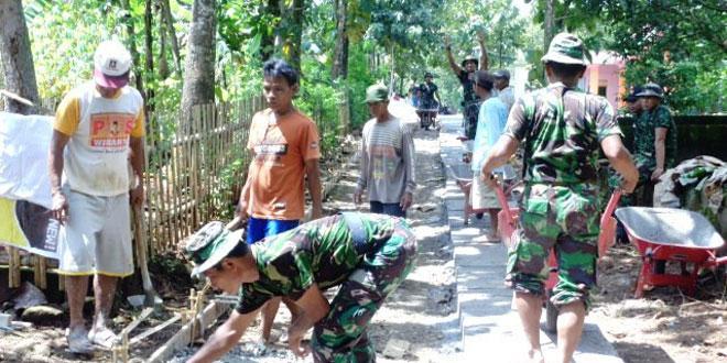 Anggota TNI Bersama Masyarakat Bangun Jalan