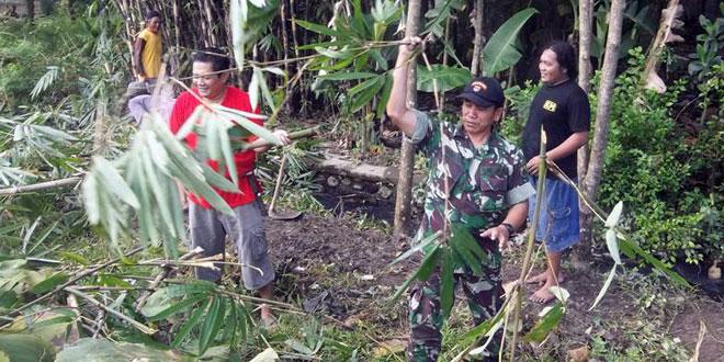 Kebersamaan TNI dan Masyarakat dalam Pembersihan Jalan