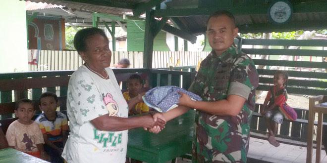 Satgas Yonif 400/Raider Bagikan Pakaian Layak Pakai Kepada Masyarakat Keerom