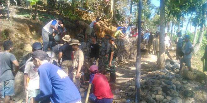 Taruna Latsitarda XXXV Melaksanakan Karya Bhakti di Desa Mandirancan