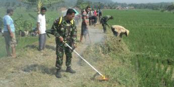 Koramil 11/Paguyangan Laksanakan Karya Bhakti Pembersihan Jalan